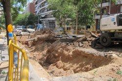 Talls de trànsit per rehabilitar la canonada que va provocar un forat a Sarrià (EUROPA PRESS)