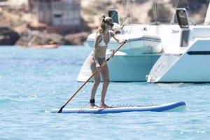 Doutzen Kroes luce su espectacular cuerpo disfrutando del deporte de moda, el paddle surf