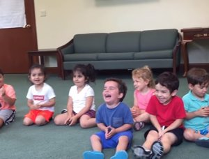 Un niño ríe a carcajadas en clase de música