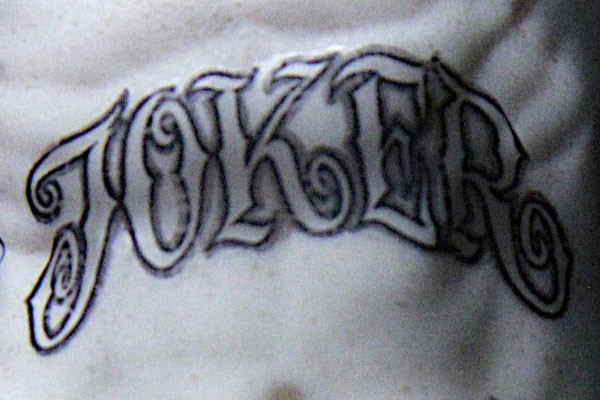 En su torso, a modo de recordatorio perpetuo, como si fuera el personaje de  Guy Pearce en la cinta de Nolan Memento, tiene tatuado su propio apodo,
