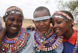 Tallar els cabells, ritual alternatiu a la mutilació genital femenina a Kènia (AMREF SALUD ÁFRICA)