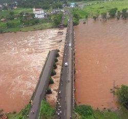 Un mínim de 300 morts i milions d'afectats per les inundacions a l'Índia (TWITTER/@INDIANNAVY)