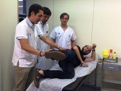 Un pacient segueix caminant després de substituir un múscul de la cama per un de l'esquena (VALL D'HEBRON)