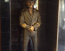Lemmy Kilmister ja té la seva estàtua al Rainbow, el seu bar favorit (MIKE MAGLIERI)