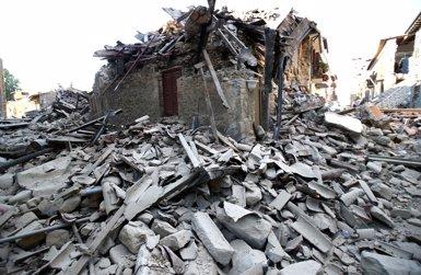 El balanç pel terratrèmol a Itàlia se situa en 267 morts i gairebé 400 ferits (STEFANO RELLANDRINI/REUTERS)
