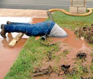 Un fontanero de Texas arregla medio sumergido una avería