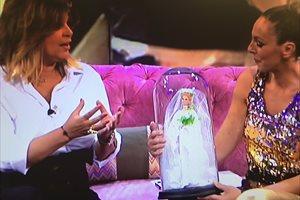 Rocío Carrasco llora al recibir la Barbie Rocío Jurado
