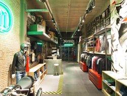 La firma britànica de motos Norton obre a Barcelona la seva primera botiga de roba (NORTON CLOTHING)