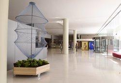 El CaixaForum recull ampolles de plàstic usades per fer una instal·lació artística (DAVID CAMPOS)