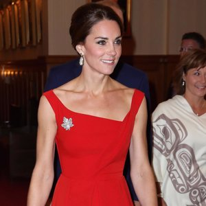 Kate Middleton deslumbra de rojo en Canadá