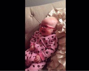 Bebé ve a su madre con claridad por primera vez y esta es su reacción