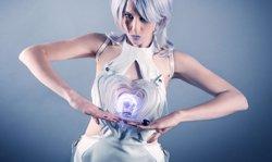 Drinkbot, el vestit de còctel futurista que t'omple la copa i la subjecta per tu (ANOUK WIPPRECHT)