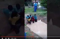 Suspesos deu instructors per obligar unes nenes a creuar un bassal amb dues serps pitó (YOUTUBE NST)