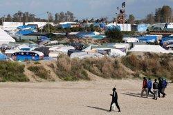 Les autoritats franceses començaran a evacuar demà el campament d'immigrants a Calais (PASCAL ROSSIGNOL/REUTERS)
