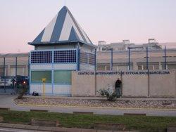 48 interns del CIE de Zona Franca passen la nit al pati i segueixen en vaga de fam (EUROPA PRESS)