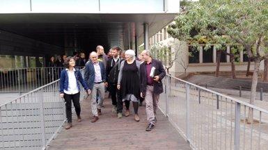 Un centenar de veïns i càrrecs polítics acompanyen els edils de Badalona davant del jutjat (EUROPA PRESS)