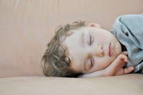 Los niños que duermen poco tienen mayor riesgo de sobrepeso (FLICKR/NNELUMBA)