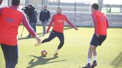 Iniesta rep l'alta mèdica després de la lesió de genoll i estarà en el Clàssic (MIGUEL RUIZ/FCB)
