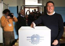 Renzi vota en el referèndum que podria apartar-lo del càrrec si guanya el 'no' (REUTERS)