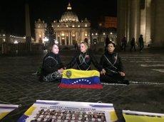 Tintori i De Ledezma s'encadenen al Vaticà per demanar l'alliberament dels presos polítics (TWITTER/LILIAN TINTORI)