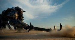 Brutal primer tráiler de Transformers: El último caballero con Optimus Prime vs Bumblebee (PARAMOUNT)