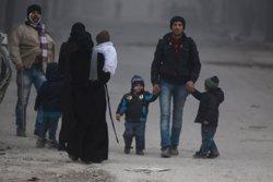 Uns 18.000 civils han estat evacuats d'Alep oriental en el primer dia de treva (REUTERS)