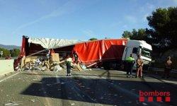 Restablerta la circulació en l'AP-7 al Vendrell després del bolqui d'un camió (BOMBERS DE LA GENERALITAT)