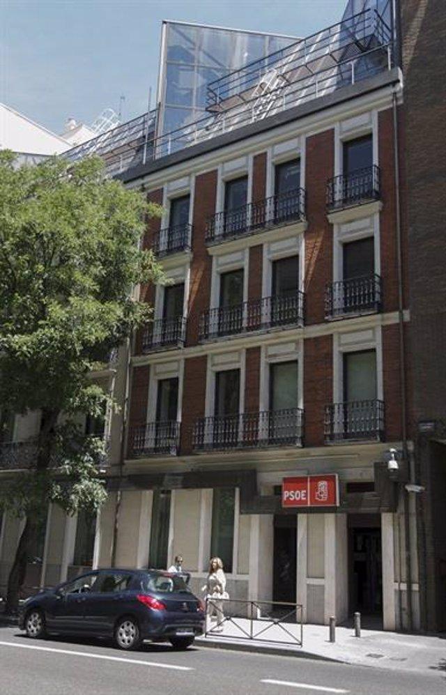 Ambiente en la sede del PSOE de la calle Ferraz en la noche electoral