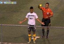 Pide matrimonio tras marcar un gol ¡y le sacan tarjeta amarilla! (YOUTUBE)