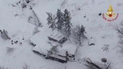 Localitzades amb vida vuit persones a l'hotel enterrat per la neu a Itàlia (VIGILI DEL FUOCO)
