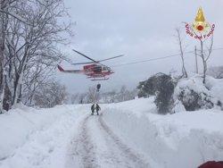 Localitzads sis supervivents a l'hotel enterrat per la neu a Itàlia (VIGILI DEL FUOCO)