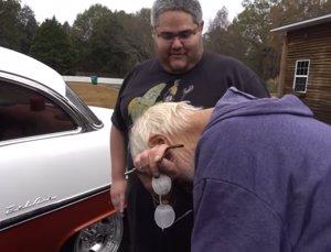 Un anciano llora cuando le regalan el coche de sus sueños