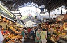 La Boqueria preveu prohibir consumir productes dins i grups de més de 15 en divendres i dissabte ( AYUNTAMIENTO DE BARCELONA)