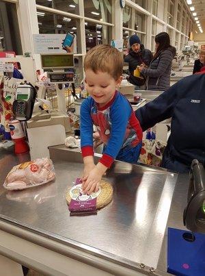 Niño con autismo pasa la compra por el escáner