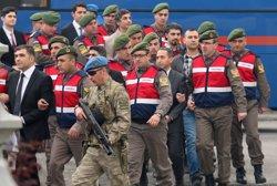 Demanen cadena perpètua contra més de 40 soldats acusats de voler matar Erdogan durant el cop ( KENAN GURBUZ / REUTERS)