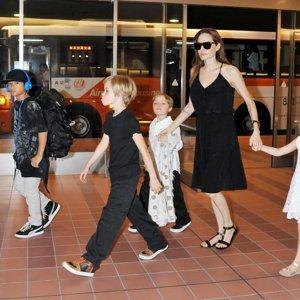 Angelina Jolie y sus hijos comen tarántulas e insectos