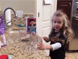 Confusión culinaria de una niña pequeña