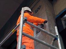 L'Ajuntament de Barcelona comença a retirar les últimes plaques franquistes de la ciutat (Europa Press)