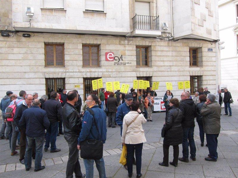 Un centenar de personas se manifiesta en valladolid contra for Oficinas unicaja cordoba