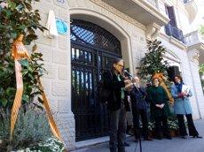 L'Any Palau i Fabre comença amb la instal·lació d'una placa commemorativa a la casa on va viure (EUROPA PRESS)